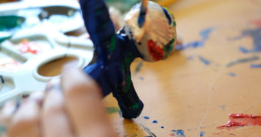 العلاج بالفنون توجَّه لدعم الأطفال اللاجئين.. الموسيقى والرسم ترياقًا لآلام الروح