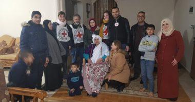 أم وابنتها تلتقيان في غزة بعد فراق دام عقودًا