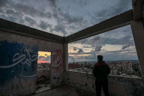 كورونا يكتم الأنفاس ويضاعف البطالة والاكتئاب: القيود الاستثنائية تنكأ جراح شباب غزة المحاصر