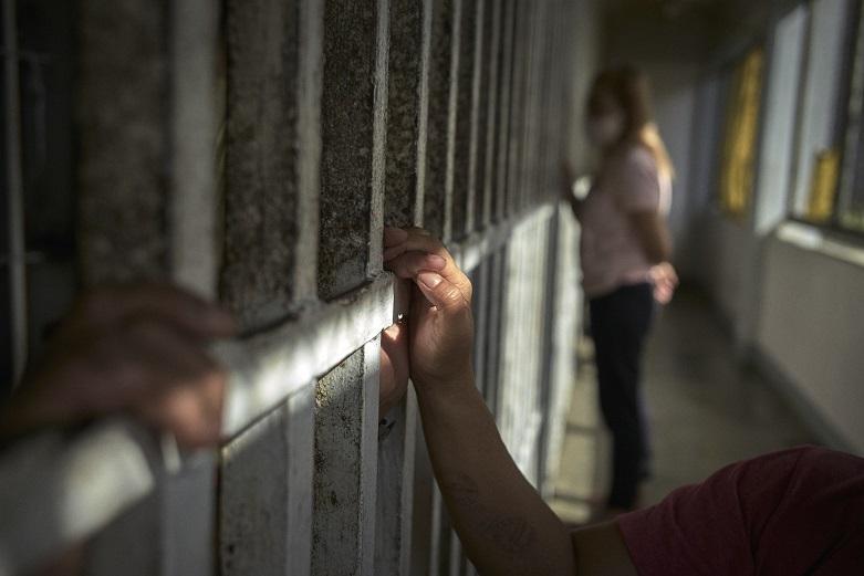 إخفاقات قانونية في قضية إنسانية: الحرمان من الحرية زمن الحرب