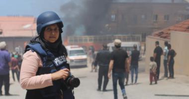 بين نار المواساة والتغطية الصحفية: عدسة سمر العوف شاهدة على دمار غزة