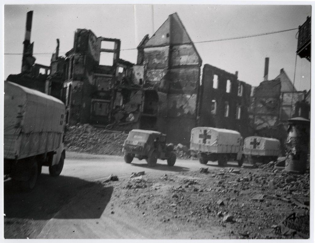Guerre 1939-1945. Ulm. Secours et libérations. Avant le pont sur le Danube. Camions CICR.