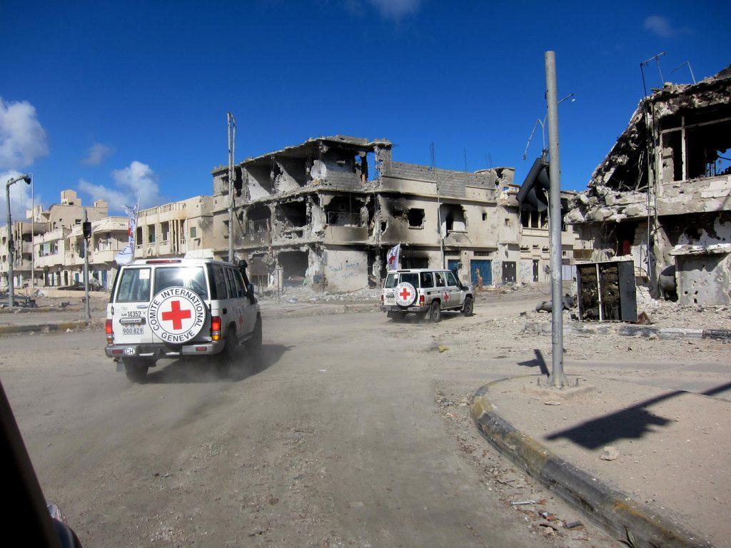 Syrte. Après des semaines de combats, la ville compte d'importants dégâts. Syrte s'est vidée et très peu d'habitants reviennent inspecter leur foyer détruit. Une équipe du CICR visite la ville afin d'évaluer la situation.