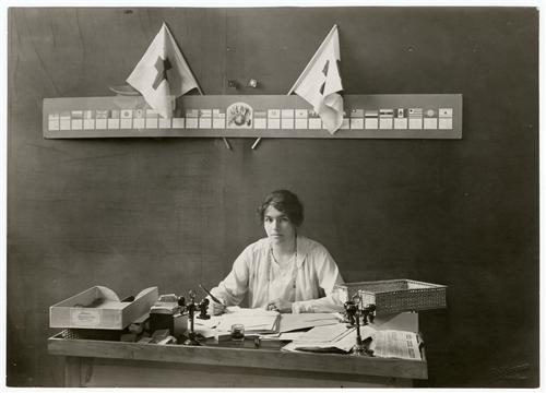 née-Marguerite Cramer working à l'Agence (Ville de Genève/CICR/F. Boissonnas)