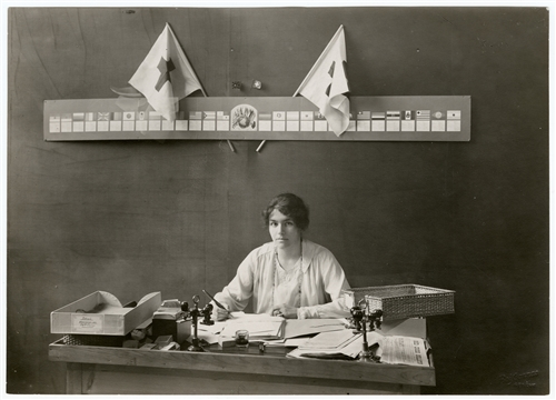 Renée-Marguerite Cramer working at the Agency (Ville de Genève/ICRC/F. Boissonnas)