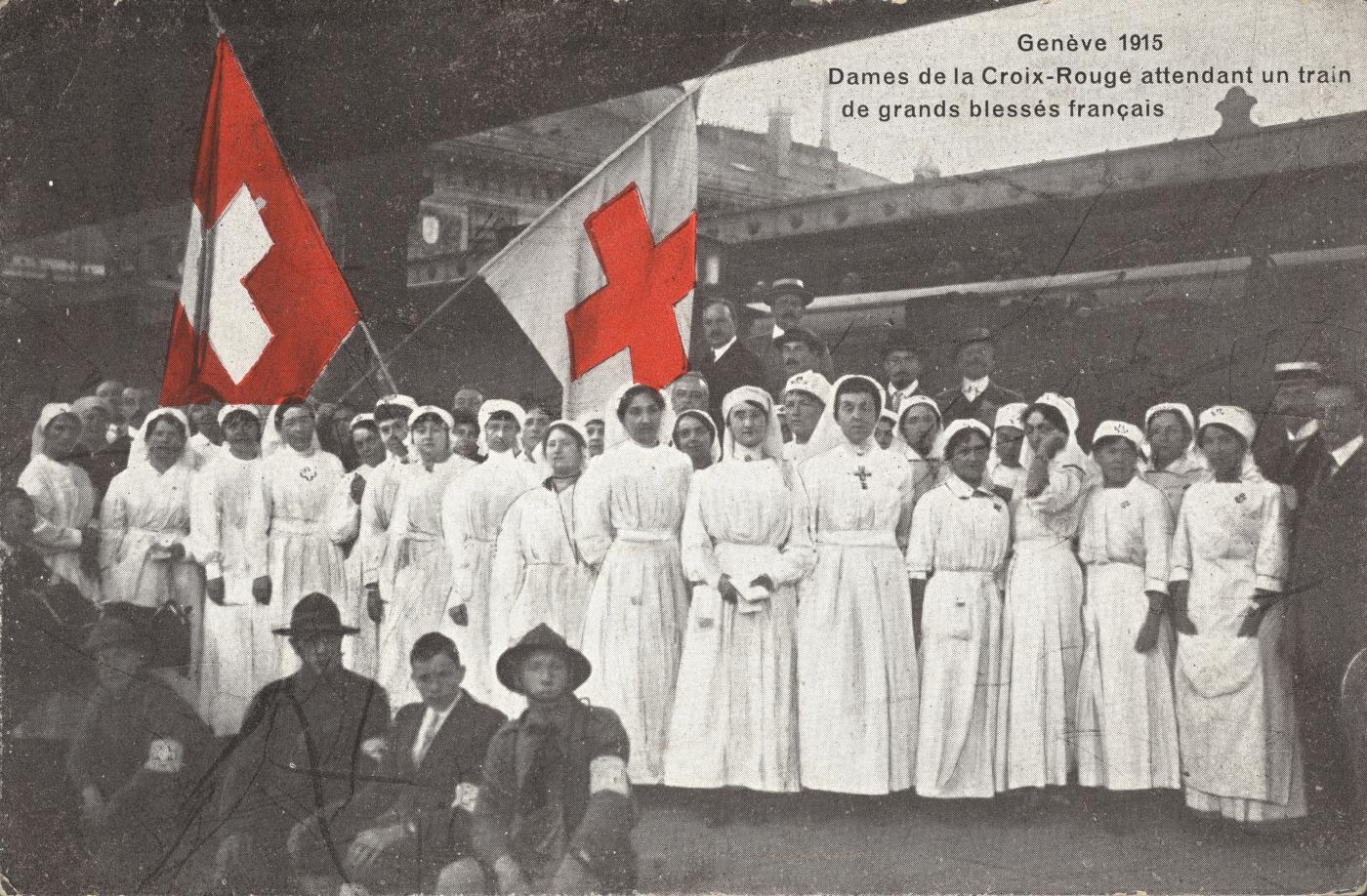 Le drapeau suisse et le drapeau de la Croix-Rouge côte-à-côte à Genève en 1915