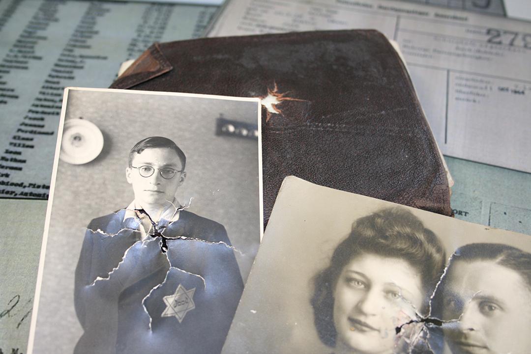 Effets personnels des prisonniers arrivant aux camps de concentration, gardés par le Service International de recherches.