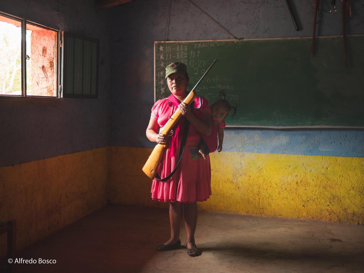 Depuis début 2019, de nombreuses attaques menées par un cartel ont frappé la ville de Rincón De Chautla obligeant ses habitants à se défendre. Portrait d'une mère avec son enfant qui a choisi de rejoindre le groupe d'auto-défense de la ville. Mexique; Guerrero; Rincón De Chautla; 10/06/19 Alfredo Bosco