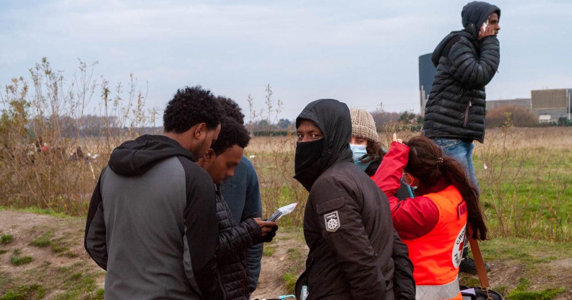 À Calais, dans l'effroi des campements, on appelle sa famille