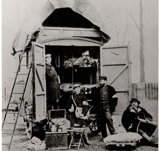 Les premières photos de la Croix-Rouge en opération ont 150 ans !
