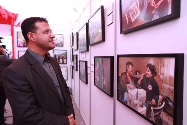 Mr. Asfour, who benefited from ICRC prison visits, was interested to discover ICRC's many activities worldwide during the exhibition in Gaza.