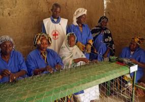 מאלי: נשים קולעות גדרות מחוטי מתכת בטימבוקטו