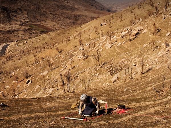 מאוויליאן, עיראק. מסלק מוקשים עיראקי ממרכז הפעולה העיראקי-כורדי נגד מוקשים בשדה המוקשים זימאלי שח'י, ששטחו 68,000 מטר מרובע. המוקשים בו הונחו ב-1984. Getty Images/ICRC/Marco Di Lauro