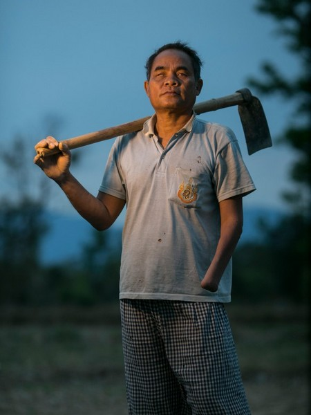 נאקהויסאו, מחוז סלבן, לאוס. אוּנלר, בן 61, איבד את מאור עיניו ואת ידו השמאלית ב-1981 כאשר הרים פריט של נפל תחמושת בעת עבודה בשדה. Getty Images/ICRC/Paula Bronstein