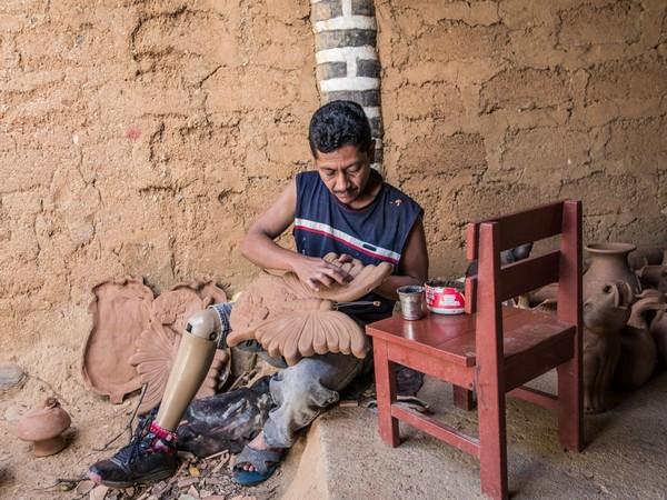 מוֺסוֺנטה, ניקרגואה. אמיליו חוסה גומס פלוריאנו, בן 42, רועה פרות, עלה על מוקש נגד אדם ב-1991 ואיבד את רגל ימין. הוא עובד כיום בקרמיקה בעסק המשפחתי. Getty Images/ICRC/Sebastian Liste