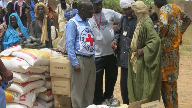 דצמבר 2015, אזור טימבוקטו, מאלי. משלחת של ה-ICRC משוחחת עם מקומיים באזור שבו היבולים נכשלו בגלל בצורת ושיטפונות ושני מליון אנשים מתמודדים מול מחסור במזון. ICRC / Valery Mbaoh Nana