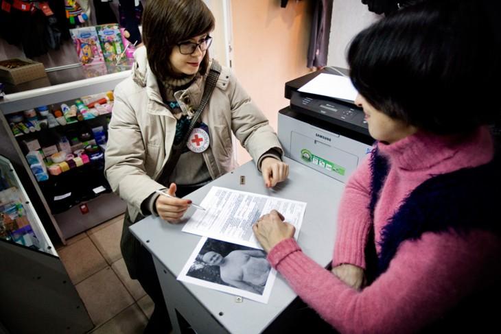 אוקראינה. ויקטוריה מספרת לעובדת של ה-ICRC על בעלה הנעדר. CC BY-NC-ND / ICRC / Pieter-Jan De Pue