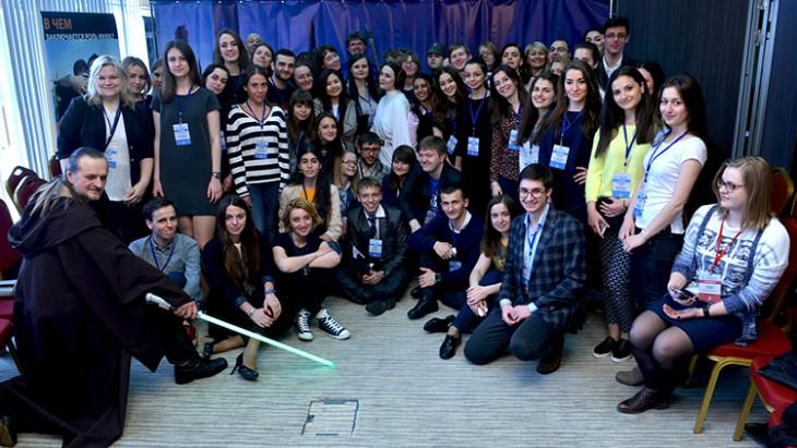 המשתתפים נאספים לטקס הפתיחה של התחרות, תחת עינו הפקוחה של אובי ואן קנובי. CC BY-NC-ND / ICRC