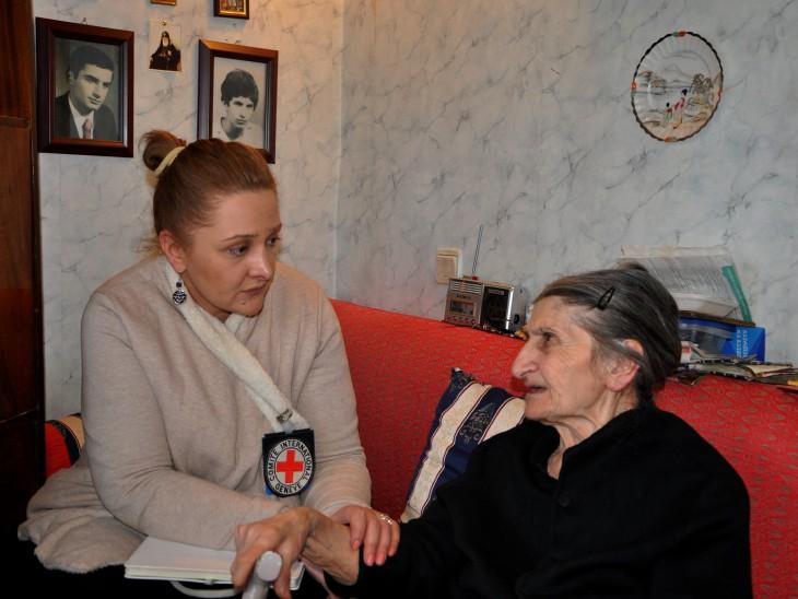 גאורגיה. פסיכולוגית של ה-ICRC, מאיה אַלְחָזישווילי, מדברת עם זוזונה אוקרואשווילי. CC BY-NC-ND / ICRC.