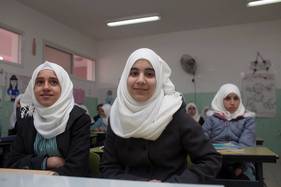 Fida, on the right, in her new school. © ICRC / Andrea & Magda