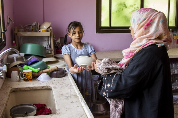 """Doaa helps me to wash the dishes and it is easier for her now to hold the tablet with the prosthesis,"" says Fadwa."