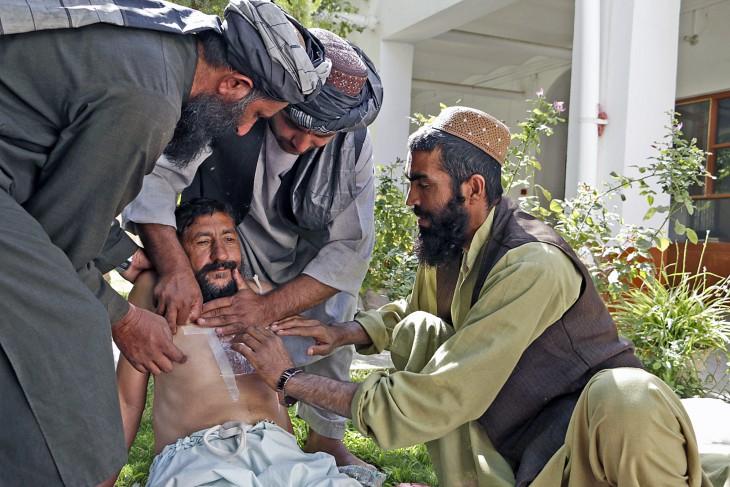 קנדהאר, אפגניסטן, 29 באוגוסט 2016. עבד אל-וואלי (מימין) מתרגל הענקת עזרה ראשונה לאדם שנפצע בחזה. CC BY-NC-ND / ICRC / Shamshad Omar