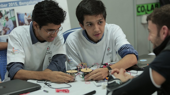 Enable Makeathon – Members of Team TruFocus receive inputs on their prototype from Swiss expert Dario during the Maker Days on 19-21 December 2015. Photo: Ashish Bhatia/ICRC