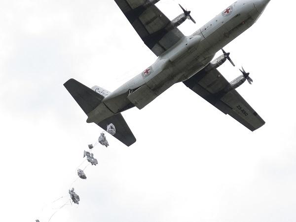 דרום סודאן. הצנחת מזון ממטוס חכור של הוועד הבינלאומי של הצלב האדום לאנשים שנעקרו בעקבות קונפליקט. צילום: ICRC/ BUECHLI, Yannick.