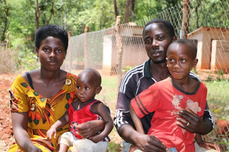 סכסוך אילץ את נסטורי לברוח מבורונדי, ועד מהרה באה בעקבותיו גם אשתו ג'נבבה ובנם בן הארבע. עזרנו לאחד אותם עם בנם בן השבע בטנזניה. CC BY-NC-ND / ICRC / Mike Mina