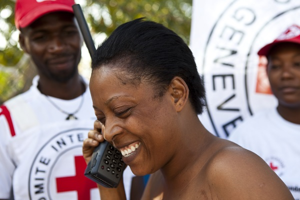 אחרי רעש האדמה בשנת 2010, הוועד הבינלאומי של הצלב האדום סיפק לאנשים טלפונים לווייניים כדי לסייע להם ליצור קשר עם יקיריהם. צילום: Marko Kokic/ICRC.