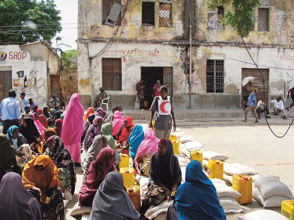כיצד מסדיר המשפט הבינלאומי ההומניטרי את הסיוע והגישה ההומניטריים?