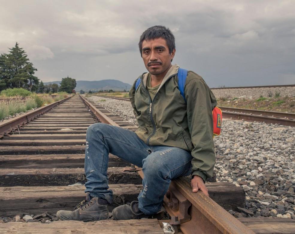 סְיּודַד סֶרְדאן, פּוּאֶבְּלָה, מקסיקו. מַגְדָלֶנוֹ כבר שבועיים בדרכים, נוסע ברכבות ובאוטובוסים. בביתו, יש לו אישה ושלושה ילדים. הוא בדרכו לארצות הברית, שם מתגורר אחיו, אך לא הודיע לאחיו על בואו. העזיבה העציבה אותו, אך העוני, לדבריו, הוא שהביא אותו להשאיר מאחור את משפחתו.<br /> CC BY-NC-ND / CICR / B. Brenda Islas
