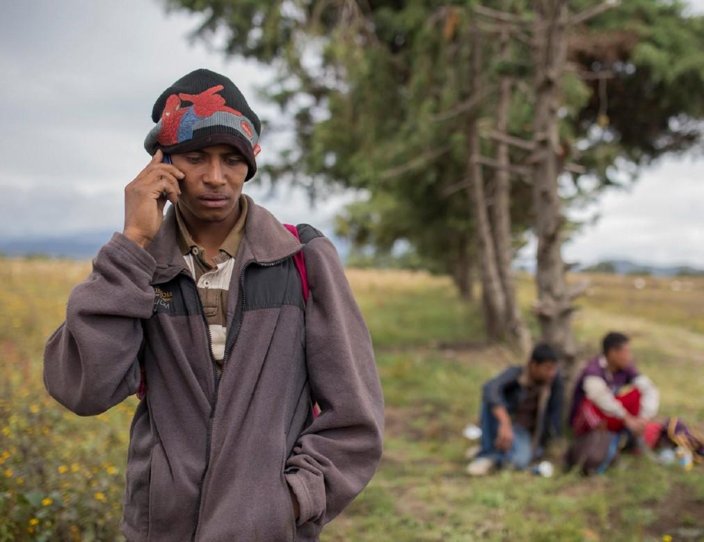 סְיּודַד סֶרְדאן, פּוּאֶבְּלָה, מקסיקו. סֶלְבין משתמש בשירות הטלפון המוצע על ידי הצלב האדום המקסיקני כדי להתקשר אל משפחתו בהונדורס. הם לא שמעו ממנו עשרה ימים, וחשוב שידעו היכן הוא נמצא, שכן אחרת לא יהיה מי שיחכה לו בהגיעו ליעדו. CC BY-NC-ND / CICR / B. Brenda Islas