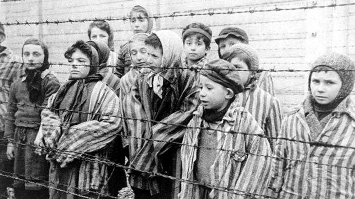 ילדים ניצולי שואה באושוויץ.