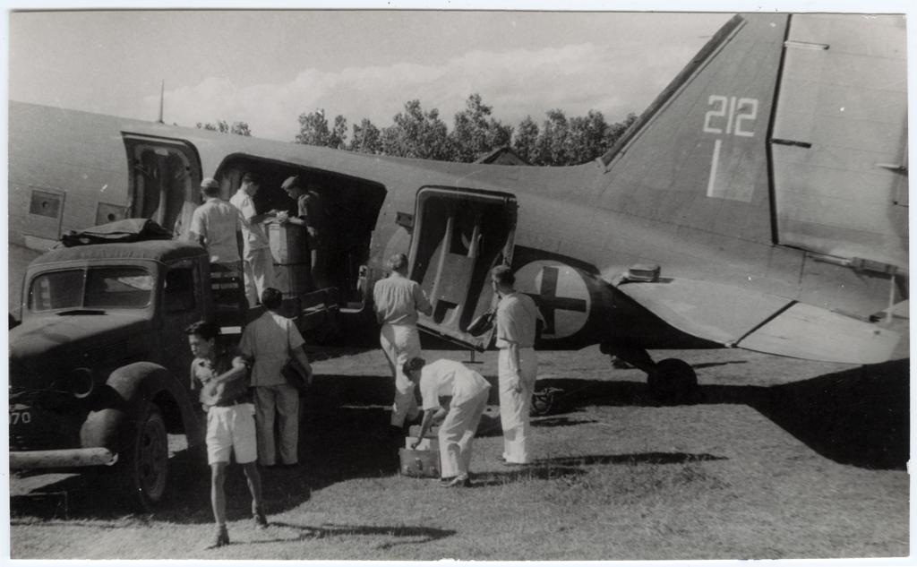 Pesawat ICRC sedang membongkar muatan obata-obatan untuk diserahkan kepada PMI di Yogyakarta, tahun 1948