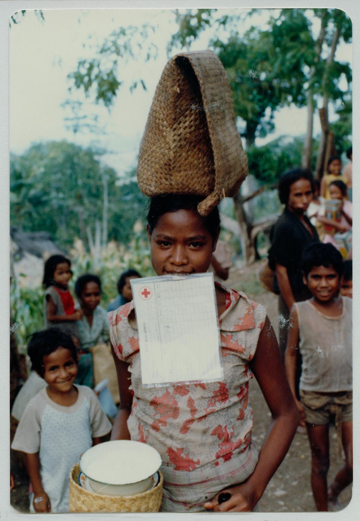 Pendistribusian makanan di Uatolari, Timor Timur, tahun 1980