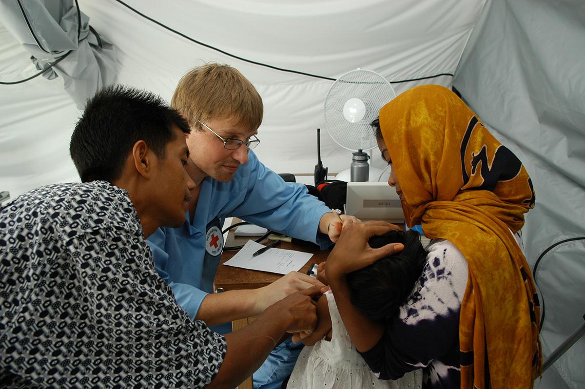 Selain mendirikan rumah sakit lapangan untuk merawat korban tsunami, ICRC juga menyalurkan bantuan kemanusiaan.
