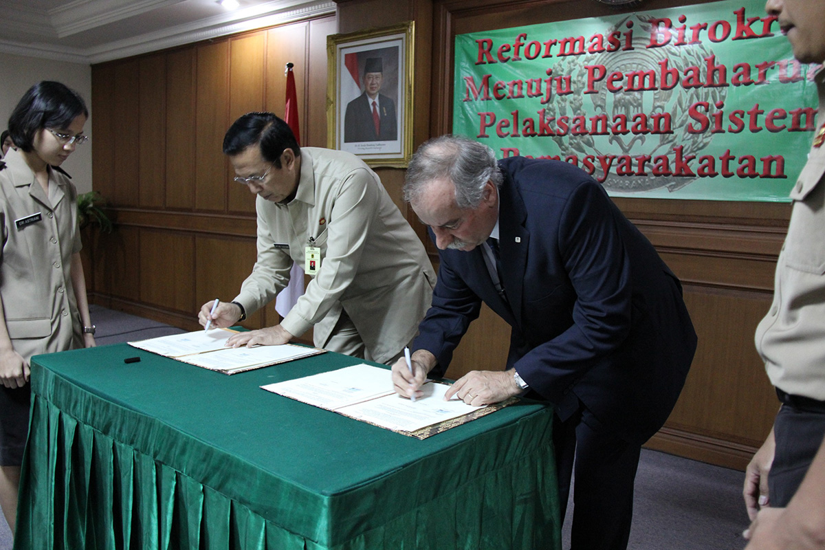 Untung Sugiyono, Direktur Jenderal Pemasyarakatan (Dirjenpas), dan Vincent Nicod, Kepala Delegasi Regional ICRC di Jakarta menandatangani MoU kerjasama di Jakarta.