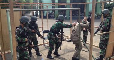 Simulasi Perang Jadi Tontonan Menarik di Terminal Bus Kampung Rambutan