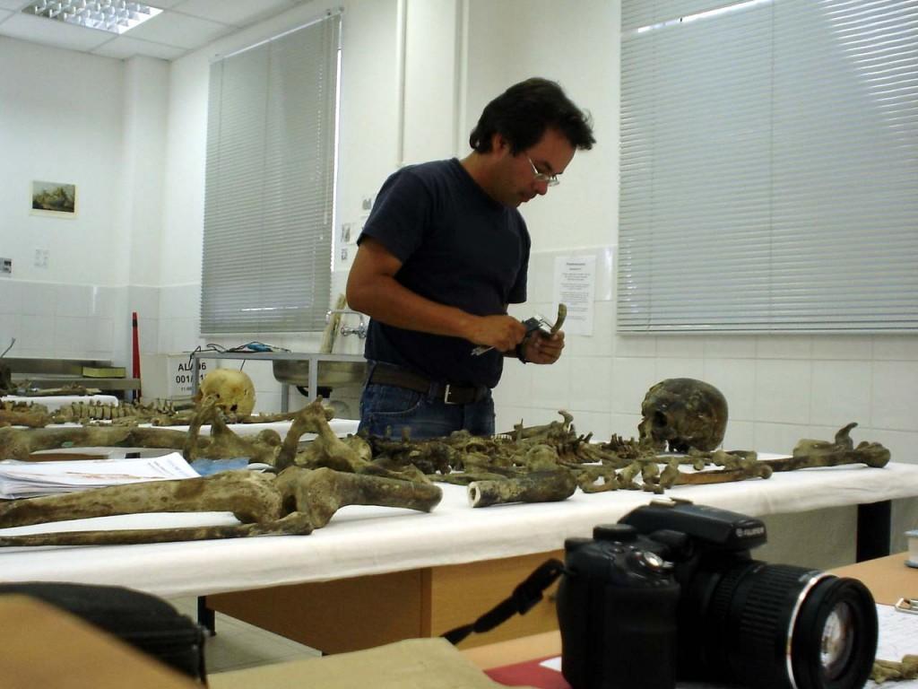 Andres ketika bertugas di laboratorium. Dok: Pribadi