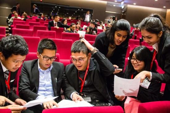 Tim dari Universitas Indonesia menunggu pengumuman pada babak penyisihan. CC BY-Y.SUN /ICRC