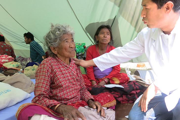 Dr. Rohit Shrestha mengapresiasi Pelatihan Ruang Gawat Darurat untuk Luka Berat (ERTC) yang diselenggarakan ICRC karena bisa menangani ratusan kasus luka berat di Rumah Sakit Dhulikhel, dekat Kathmandu. Rumah Sakit tersebut mengungkapkan telah merawat hampir 2.000 kasus ortopedik mayor dan minor akibat gempat. CC BY-NC-ND / ICRC / Devendra Dhungana