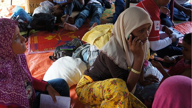 Para migran di  penampungan Bayeun, Aceh Timur, menguhubungi keluarga mereka untuk memberitahukan kepada keluarga mereka bahwa mereka masih hidup dan aman. CC BY-NC-ND / ICRC / Fitri Adi Anugrah
