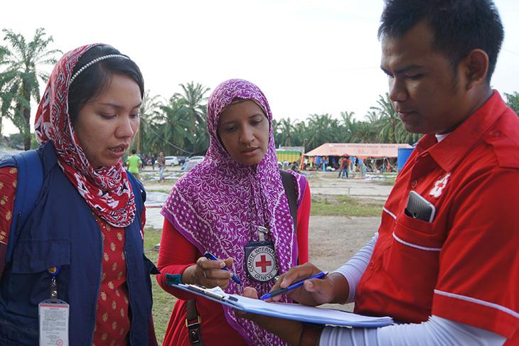 ICRC dan PMI bekerjasama menyediakan layanan telepon bagi para migran di penampungan Bayeun, Aceh Timur, Indonesia. CC BY-NC-ND / ICRC / Fitri Adi Anugrah