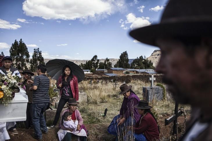 Anak Libia melakukan perjalanan jauh dari Lima untuk turut serta dalam upacara pemakaman ayah mereka di kuburan massal di Huancasancos. [Nadia Shira Cohen/ICRC]