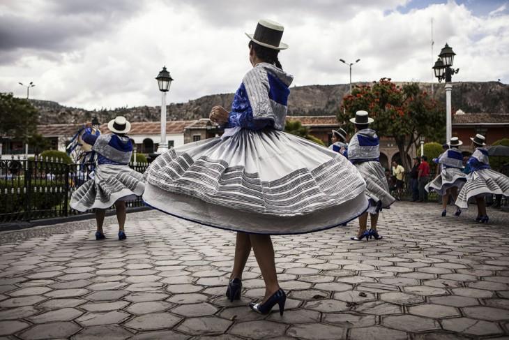 Penari tradisional tampil di alun-alun Ayacucho dalam upacara mengenang korban konflik. [Nadia Shira Cohen / ICRC]