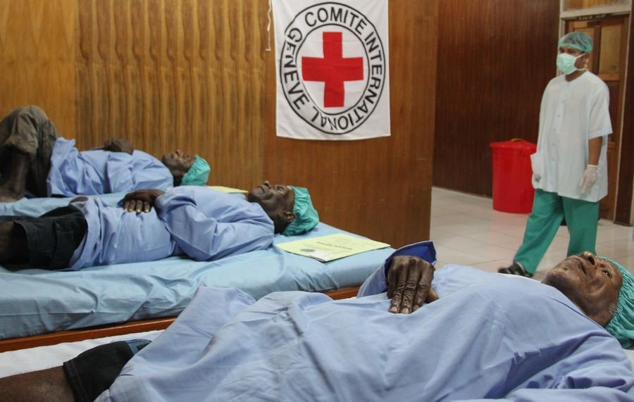 Beberapa pasien bersiap dioperasi oleh kedua dokter yang bertugas.  ©ICRC/Mia Pitria