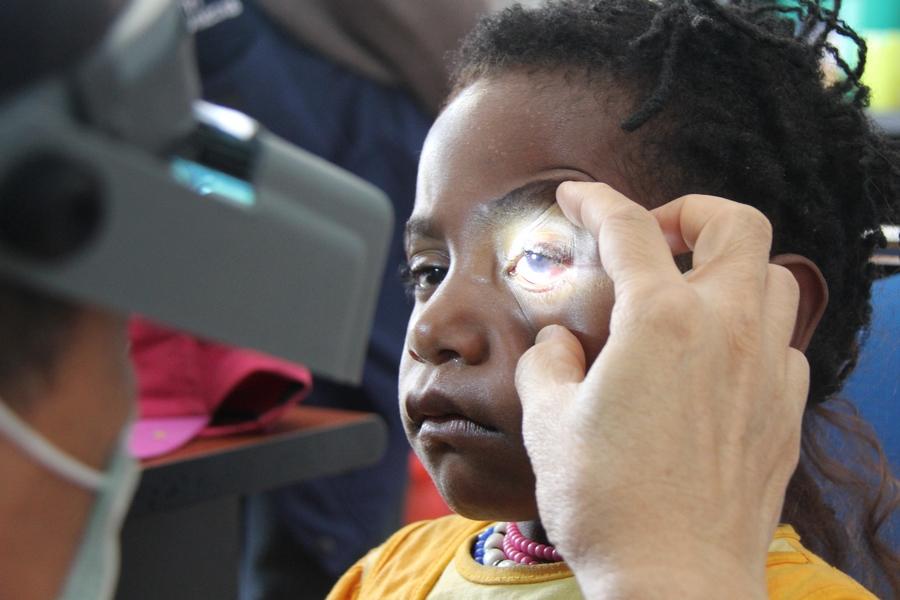 Salah satu pasien anak-anak yang melakukan pemeriksaan mata, karena kasus yang dideritanya cukup rumit, ia mendapatkan rujukan untuk berobat langsung ke RSDH di Jayapura. ©ICRC/Mia Pitria
