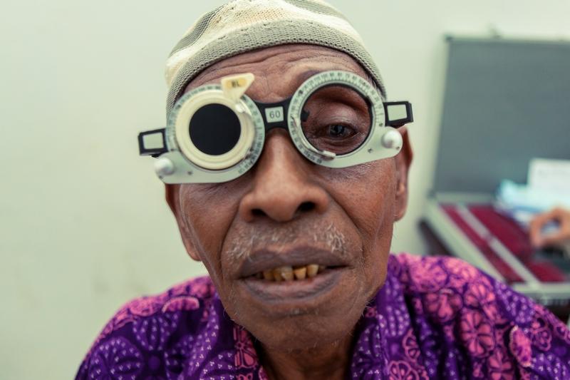 Pemeriksaan refraksi mata, adalah salah satu pemeriksaan yang dilakukan oleh tim dari RS Bakti Rahayu Ambon. ©ICRC/Otto Ferdinand