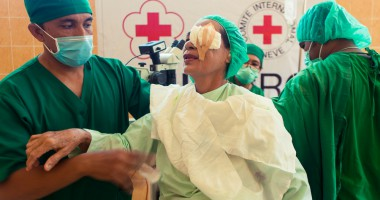 Operasi katarak meningkatkan penglihatan ratusan orang di Indonesia
